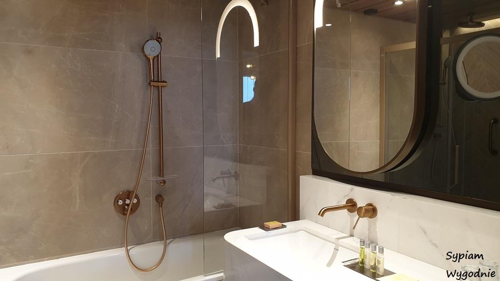 łazienka z wanną w Hilton Świnoujscie